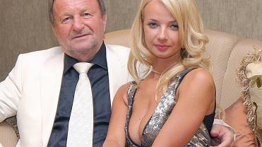 """Ten miliarder uwielbia młodsze kobiety. Jego wcześniejsza ukochana wyglądała jak """"skwarka"""". Przeszła przemianę"""