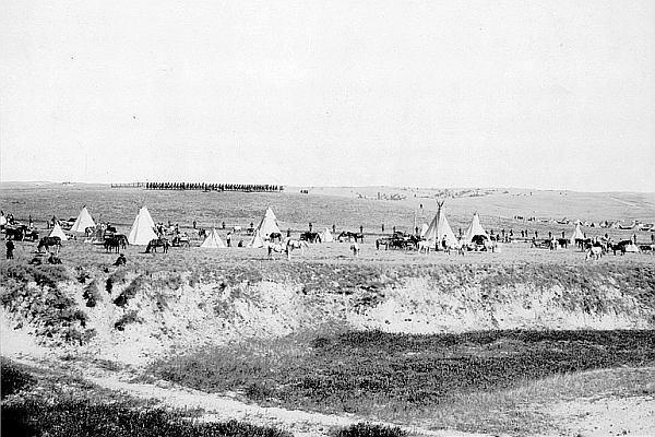 """""""Czerwoni leżeli na śniegu, a ich biała flaga łopotała na wietrze"""". Masakra nad Wounded Knee"""