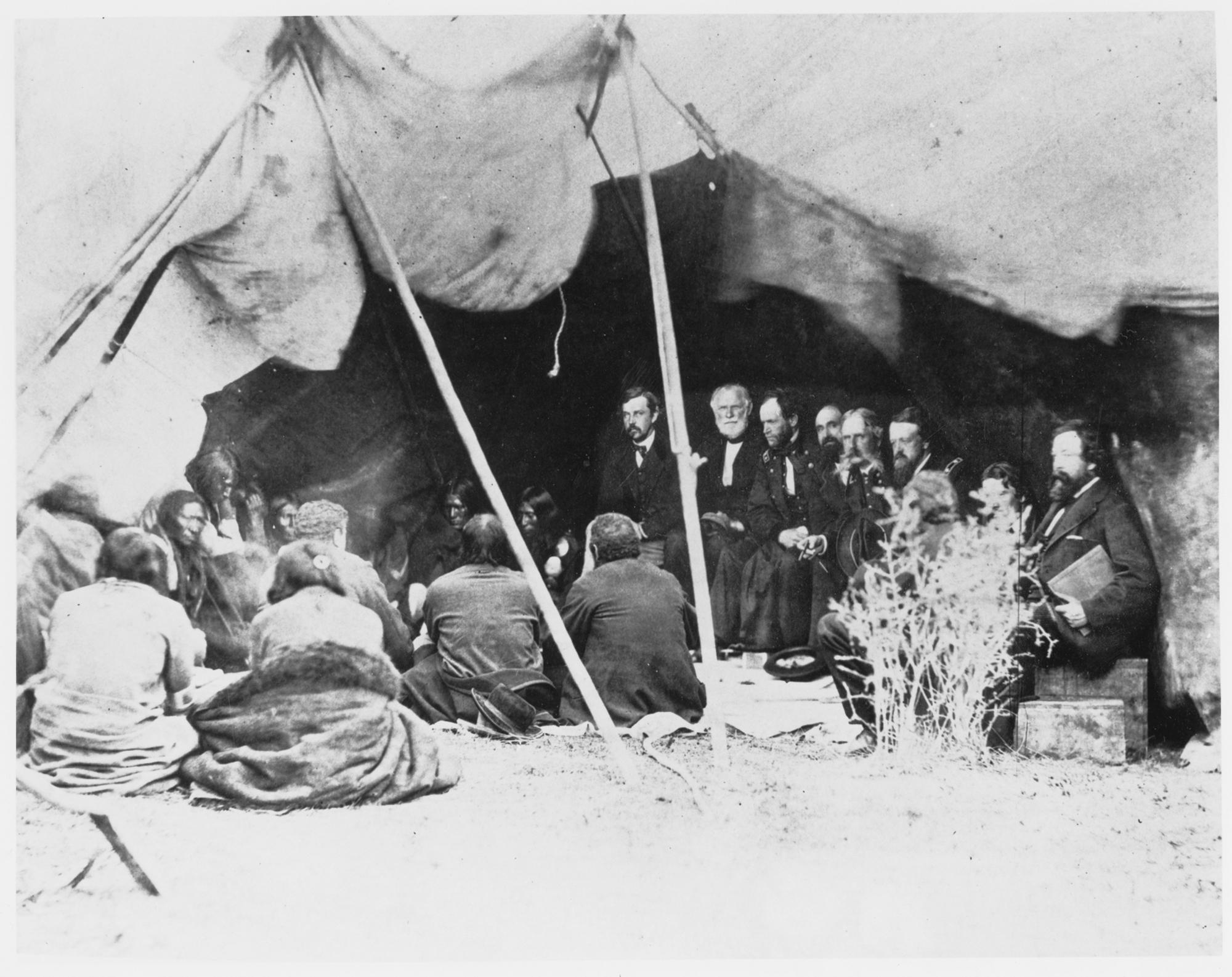 Negocjacje pokoju, który miał zakończyć wojnę Czerwonej Chmury. Przedstawiciele rządu USA podczas rozmów z Siuksami w 1867 r. (fot. materiały prasowe)