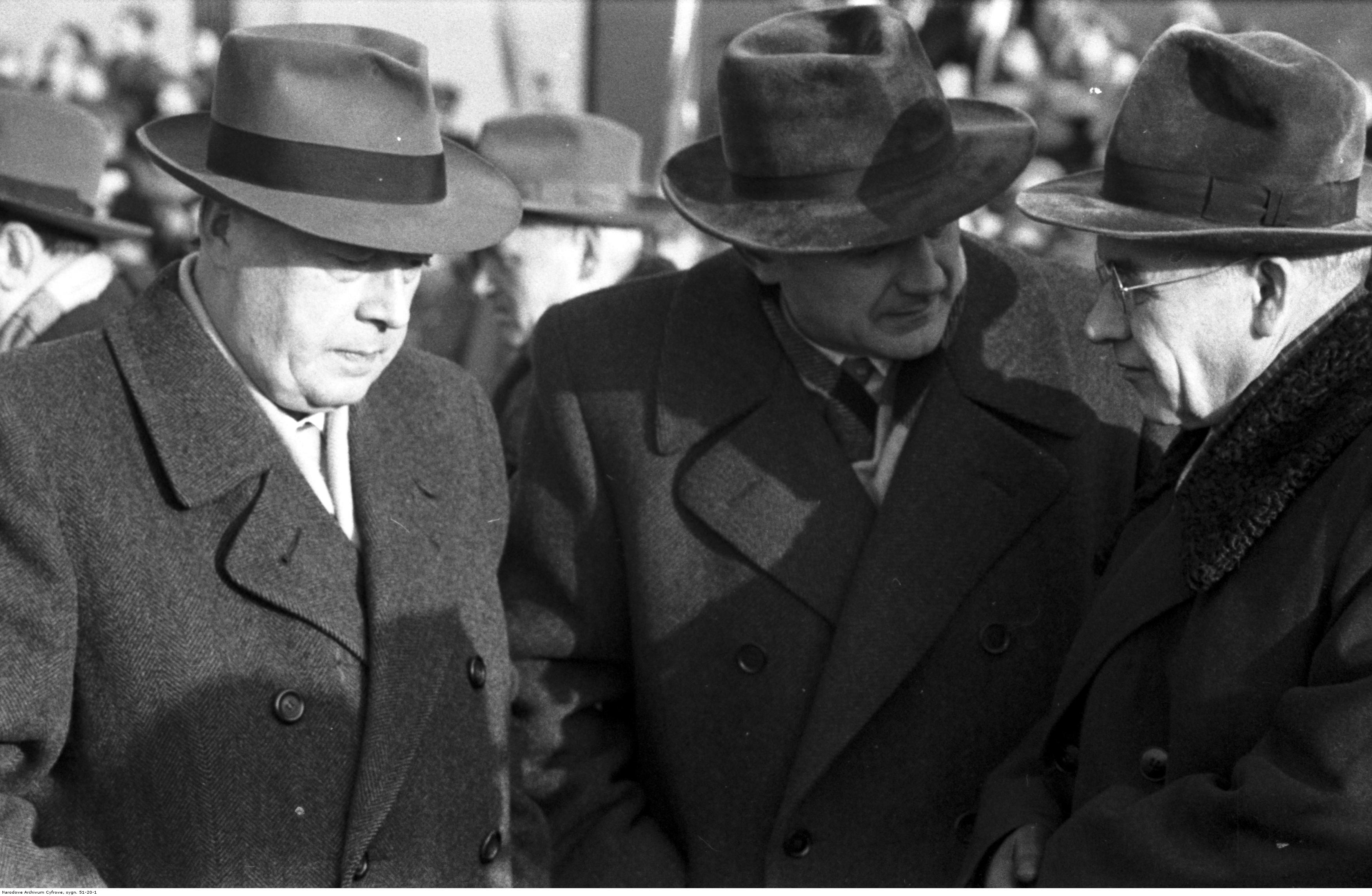 Od lewej stoją: Józef Cyrankiewicz, Piotr Jaroszewicz i Władysław Gomułka (fot. Narodowe Archiwum Cyfrowe)