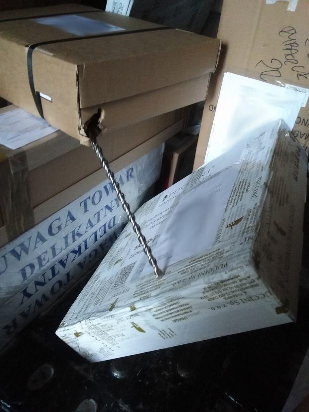 Kilkukilogramowy pręt wypadł ze źle zapakowanej paczki