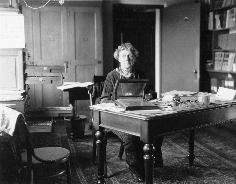 Annie Jump Cannon przy swoim biurku w Harvard College Observatory (fot. Smithsonian Institution from United States / Wikimedia.org / Domena publiczna)