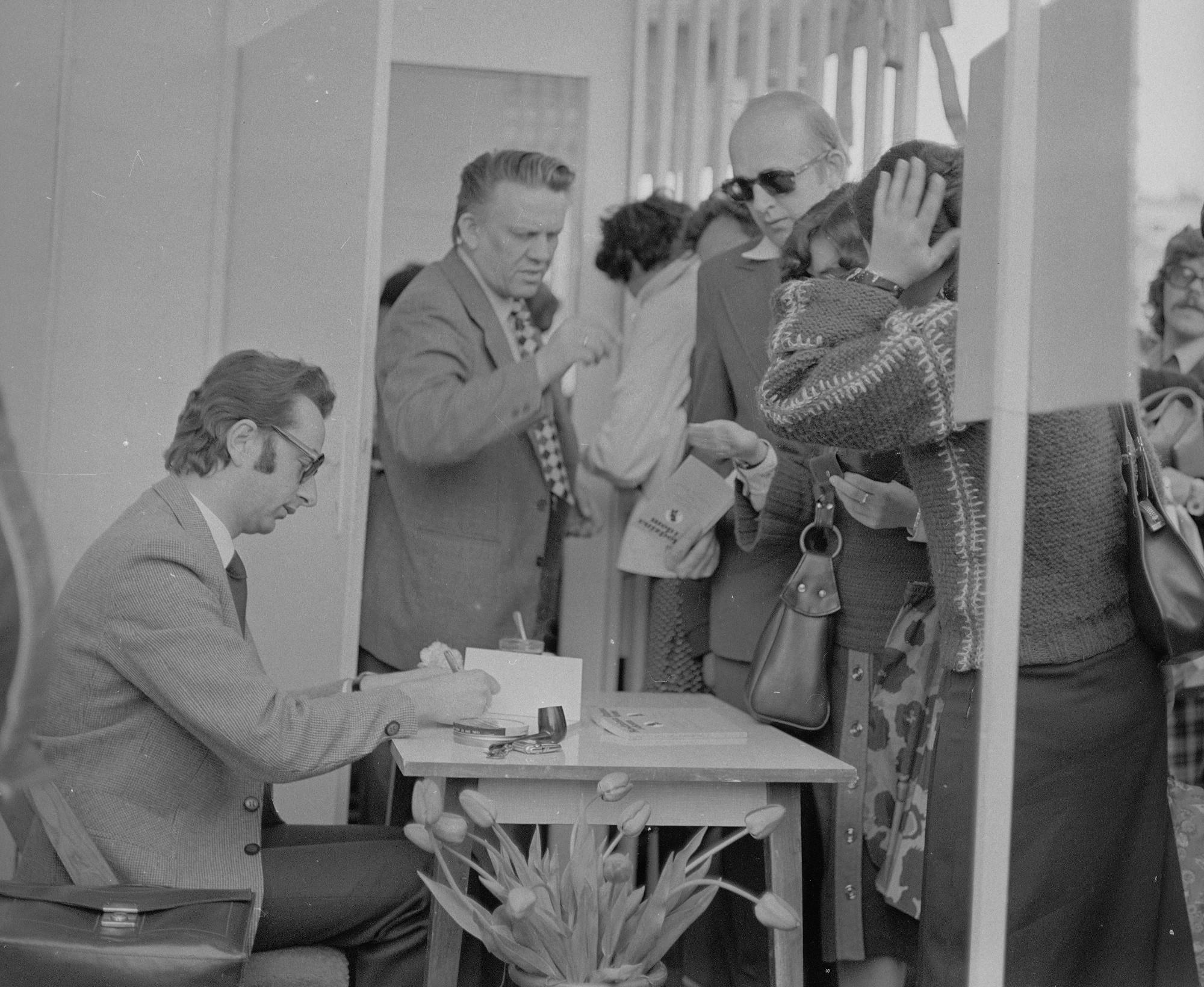 Zbigniew Lew Starowicz podpisuje książkę 'Rodzina i dom. Seks trudny czy łatwy'. Kiermasz książek przed Pałacem Kultury i Nauki w Warszawie podczas Dni Oświaty, Książki i Prasy, 1980 r. (fot. Narodowe Archiwum Cyfrowe)