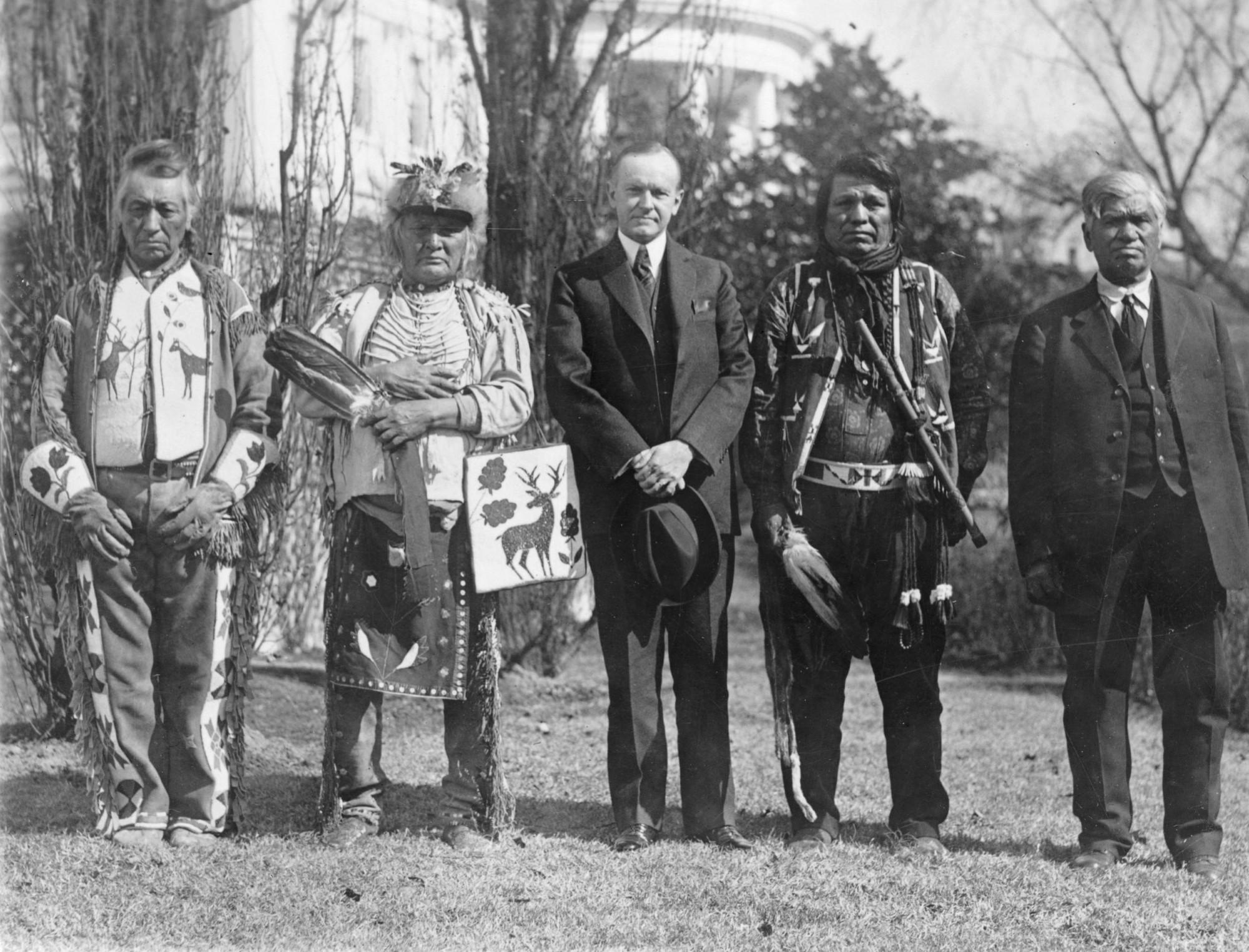 Czterech mężczyzn z plemienia Osage z prezydentem USA Calvinem Coolidge tuż po podpisaniu Indian Citizenship Act - ustawy o obywatelstwie Indian, 1924 r. (fot. Wikimedia.org / Domena publiczna)