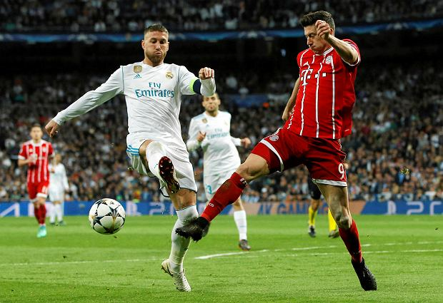 Real Madrid's Sergio Ramos, left, makes contact with Bayern's Robert Lewandowski during the Champions League semifinal second leg soccer match between Real Madrid and FC Bayern Munich at the Santiago Bernabeu stadium in Madrid, Spain, Tuesday, May 1, 2018. (AP Photo/Paul White) SLOWA KLUCZOWE: XCHAMPIONSLEAGUEX