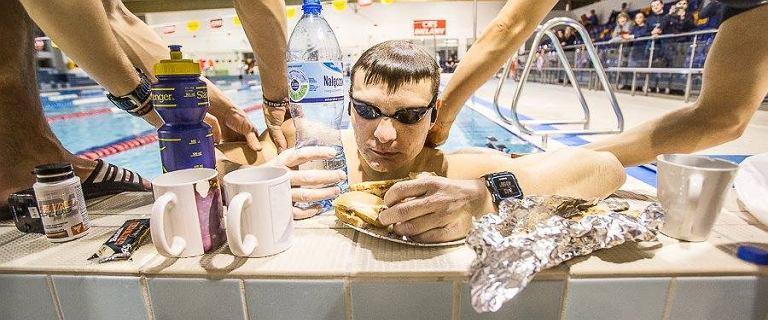 """Przepłynął w basenie 97 km w 24 godziny! Pobił rekord Polski i pomógł chorej dziewczynce. """"Zobaczcie moje ręce, jak u 70-latka"""""""
