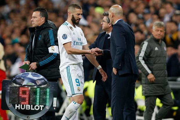 Real Madrid's Karim Benzema leaves the pitch besides coach Zinedine Zidane during the Champions League semifinal second leg soccer match between Real Madrid and FC Bayern Munich at the Santiago Bernabeu stadium in Madrid, Spain, Tuesday, May 1, 2018. (AP Photo/Francisco Seco) SLOWA KLUCZOWE: XCHAMPIONSLEAGUEX