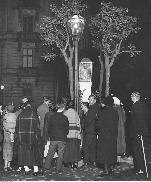 Grupa ludzi podczas modlitwy za ofiary przewrotu majowego pod kapliczką na rogu ulic Śniadeckich i Polnej.
