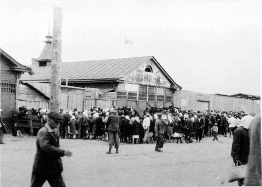 Kolejka po chleb za dewizy do sklepu Torgsin, Charków 1932 r. (fot. State Archive of Ukraine / Wikimedia.org / Domena publiczna)