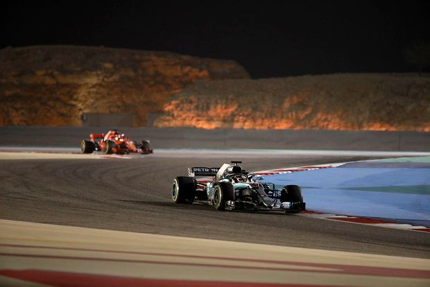 Mercedes driver Lewis Hamilton of Britain followed by Ferrari driver Sebastian Vettel of Germany steer their cars during the Bahrain Formula One Grand Prix, at the Formula One Bahrain International Circuit in Sakhir, Bahrain, Sunday, April 8, 2018. (AP Photo/Luca Bruno) SLOWA KLUCZOWE: f1autoz18