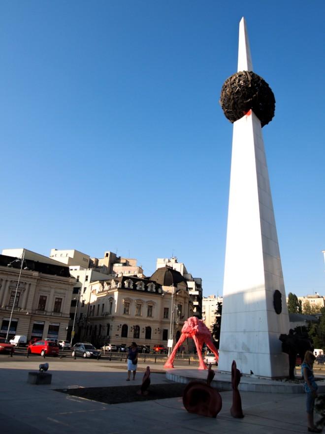 Pomnik odrodzenia zwany przez bukareszteńczyków 'Pomnikiem kartofla' i 'Oliwką na wykałaczce' (fot. Basia Starecka)