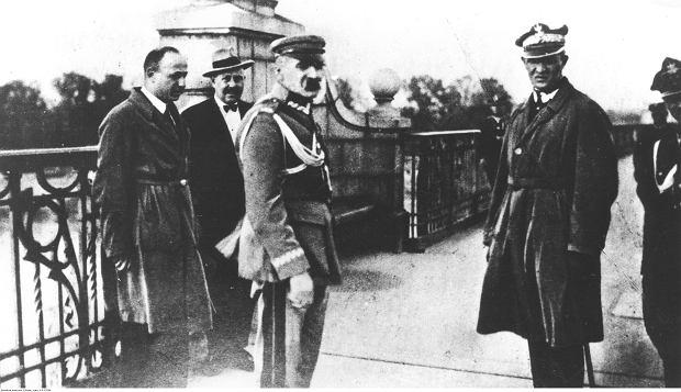 Marszałek Polski Józef Piłsudski (na pierwszym planie z lewej) w towarzystwie m.in. generała Gustawa Orlicz-Dreszera (na pierwszym planie z prawej) na moście Poniatowskiego, przed rozmową z prezydentem Stanisławem Wojciechowskim.