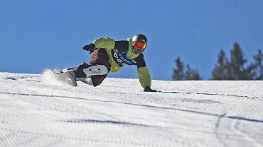 """""""Parapetówka"""", czyli jak wybrać właściwą deskę snowboardową? Podpowiadamy, na co zwrócić szczególną uwagę"""