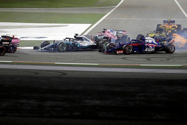Mercedes driver Lewis Hamilton of Britain steers his car during the Bahrain Formula One Grand Prix, at the Formula One Bahrain International Circuit in Sakhir, Bahrain, Sunday, April 8, 2018. (AP Photo/Luca Bruno) SLOWA KLUCZOWE: f1autoz18