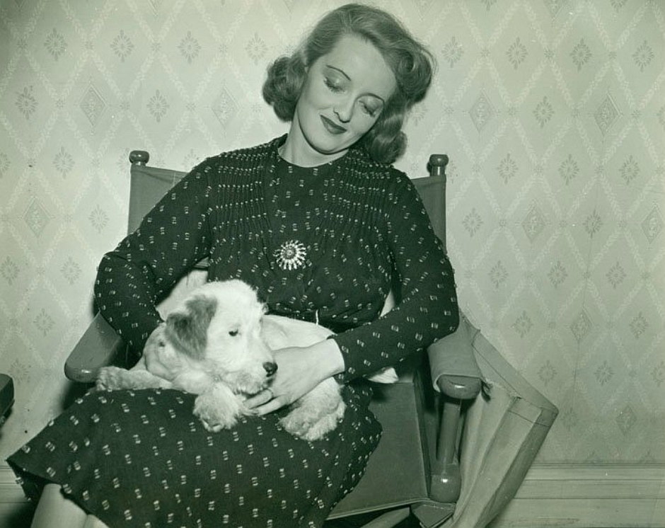 Bette Davis, rok 1937 (fot. RockyandNelson / flickr.com / CC BY 2.0)