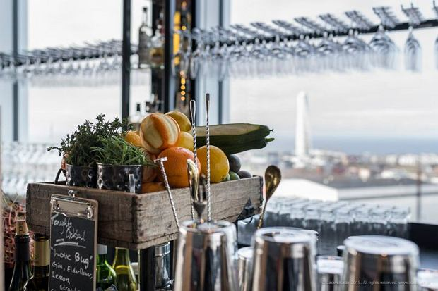Lunch z widokiem na wieżowiec Turning Torso i cieśninę Sund.