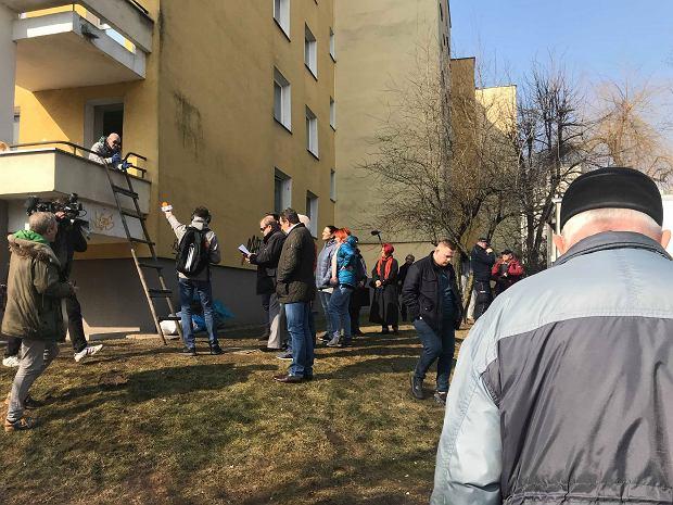 Wielkie sprzątanie 'balkonu grozy' na Gocławiu