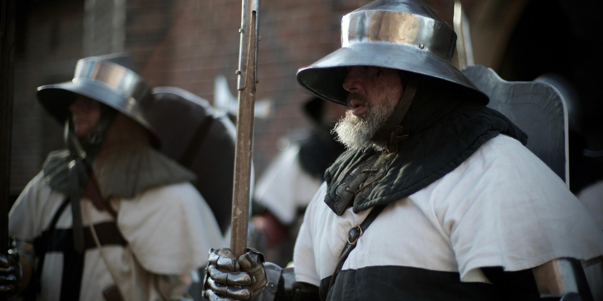 Krzyżacy gotowi do boju. Kadr z filmu 'Habit i zbroja' (fot. materiały prasowe)