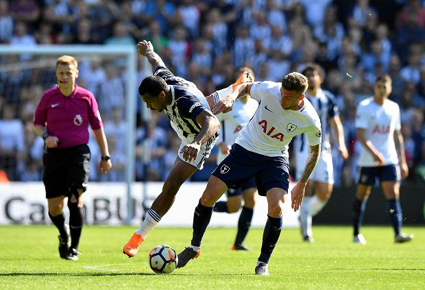 West Bromwich Albion's Salomon Rondon, centre left  and Tottenham Hotspur's Toby Alderweireld battle for the ball during the English Premier League soccer match between West Bromwich Albion and Tottenham Hotspur at The Hawthorns, in West Bromwich, England, Saturday May 5, 2018. (Anthony Devlin/PA via AP) SLOWA KLUCZOWE: soccer;football;spurs;Full length