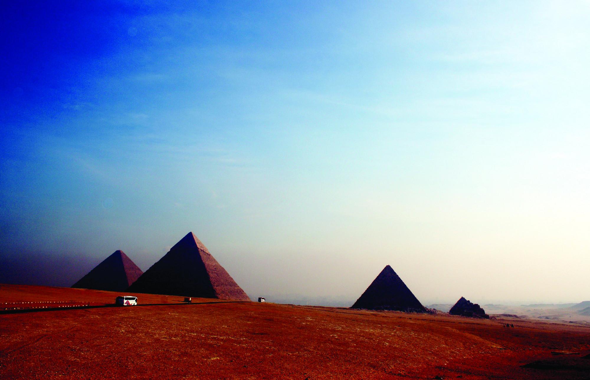 Piramidy w Gizie, dzięki którym zachowało się wiele egzemplarzy starożytnych dóbr luksusowych (fot. Hedwig Storch / CC A-SA 3.0)
