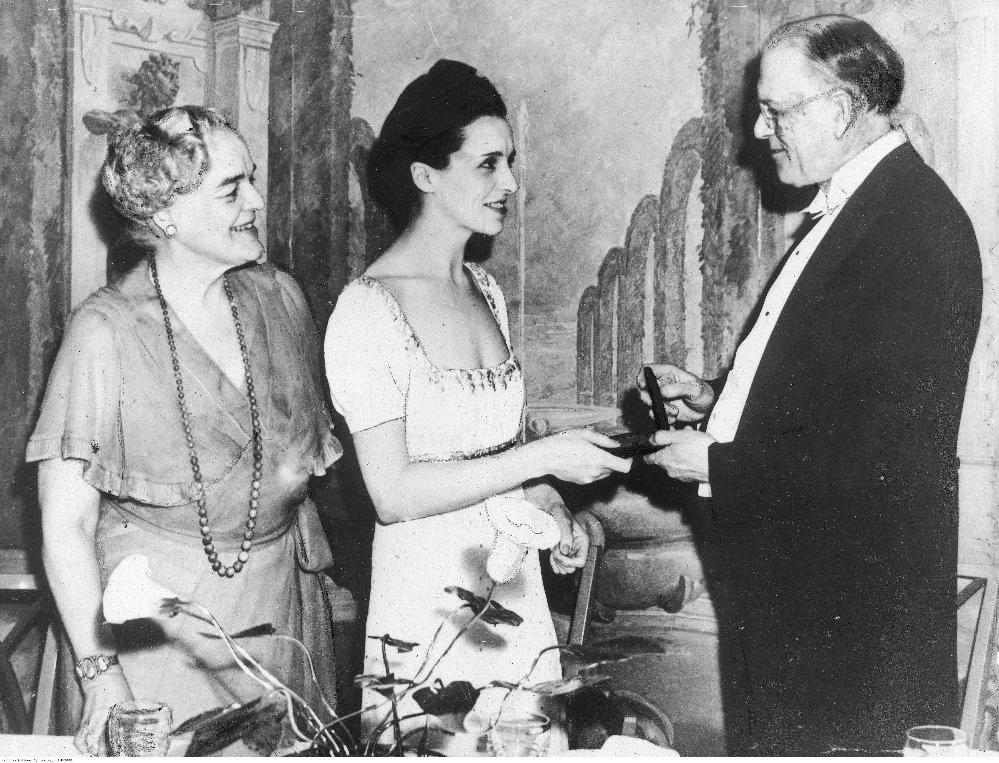 Ewa Curie odbiera medal pamiątkowy z rąk dyrektora Instytutu Badań nad Rakiem doktora Francisa Cartera Wooda, kwiecień 1939 r. (fot. Narodowe Archiwum Cyfrowe)