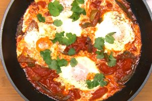 Shakshuka - jajka w pomidorach
