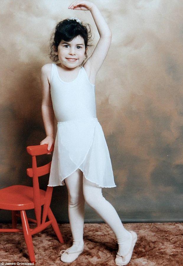 źródło http://www.dailymail.co.uk/tvshowbiz/article-2323796/Amy-Winehouse-Intimate-family-photos-late-singer-display-London.html