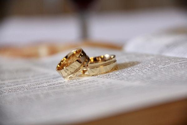 """Takie śluby odbywały się """"z rękawiczką"""". Panna młoda kładła ją na ołtarzu. Dzisiaj zabiera pełnomocnika"""