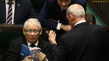 """Jarosław Kaczyński czyta """"Atlas kotów"""". To widział już chyba każdy. Na zdjęciach wyłapaliśmy coś jeszcze"""