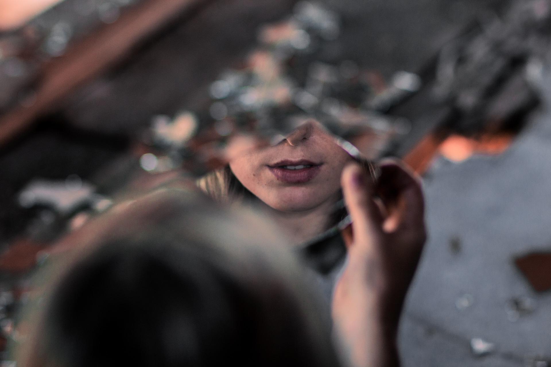 Basia, gdy była sama, przebierała się w męskie ubrania, domalowywała sobie wąsy (fot. pixabay.com)