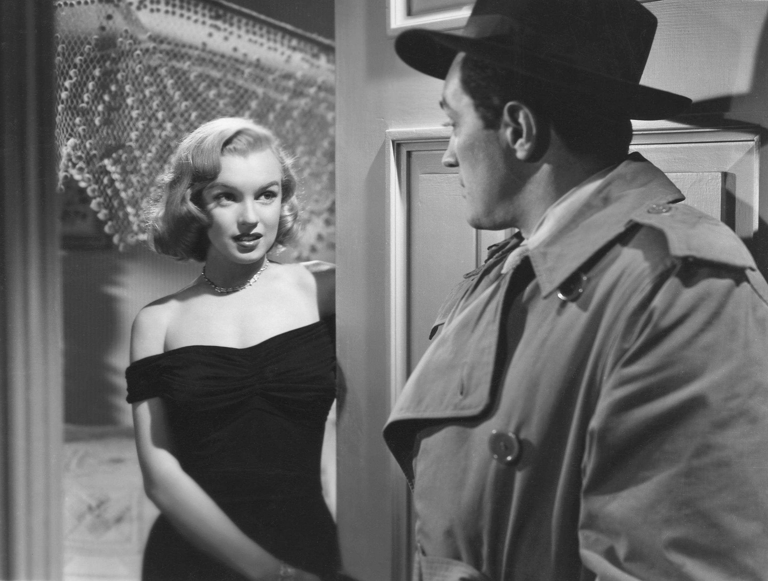 Marilyn Monroe jako Angela Phinlay w filmie 'Asfaltowa dżungla' (The Asphalt Jungle) w 1950 r. Był to jeden z jej pierwszych występów zauważonych przez krytykę (fot. Macfadden Publications New York, publisher of Radio-TV Mirror - page 20 / Wikimedia.org / Domena publiczna)
