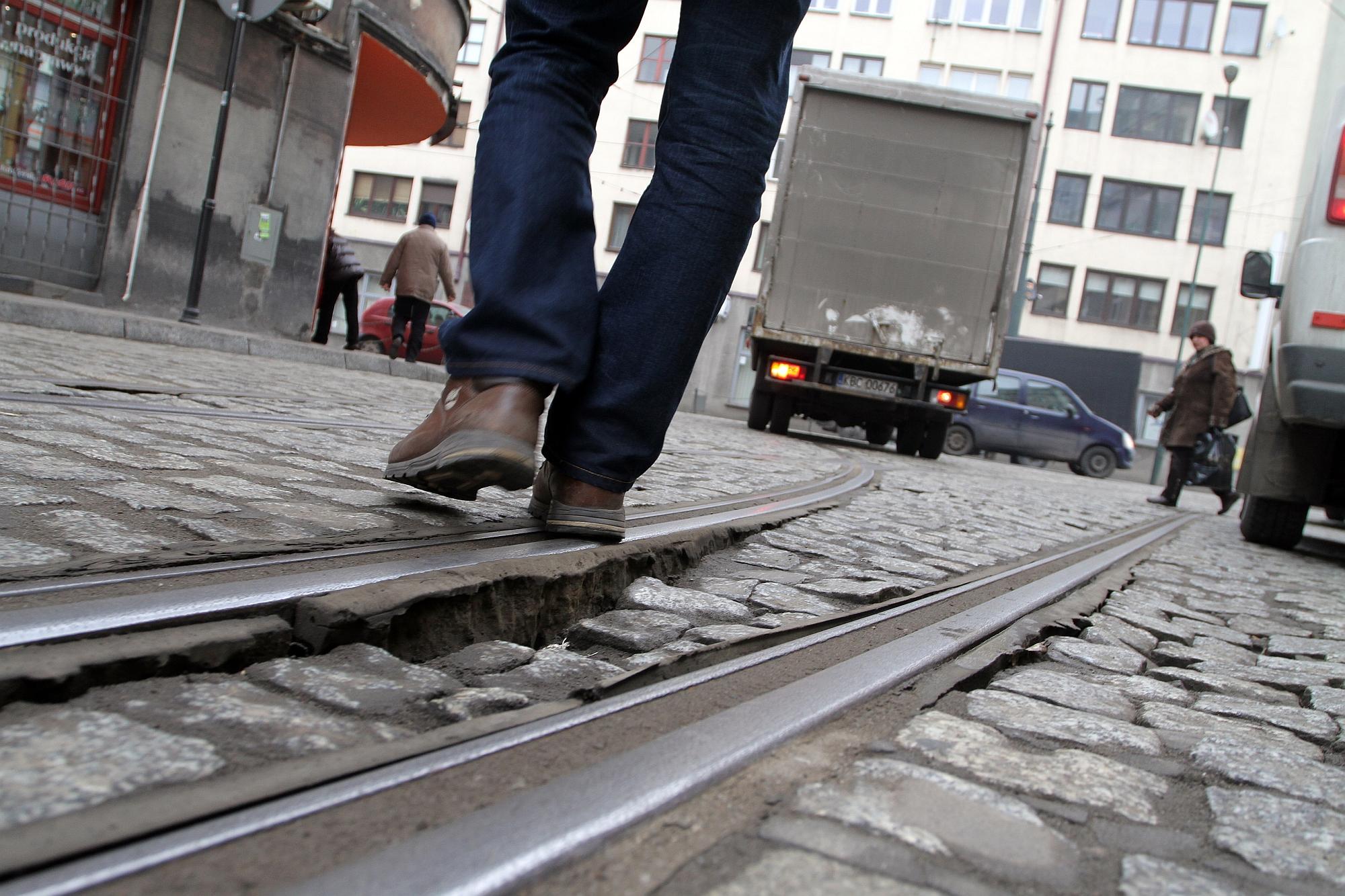 Kostka brukowa na ulicy Wawrzyńca w Krakowie (fot. Mateusz Skwarczek / Agencja Gazeta)