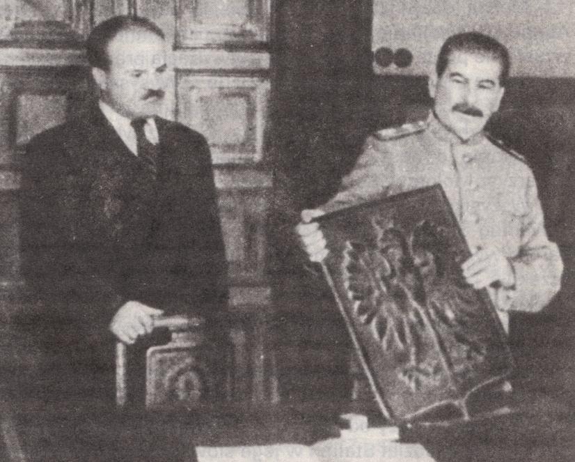 Stalin i herb Rzeczypospolitej Polskiej. 1944 rok (fot. TASS / Wikimedia.org / Domena publiczna)