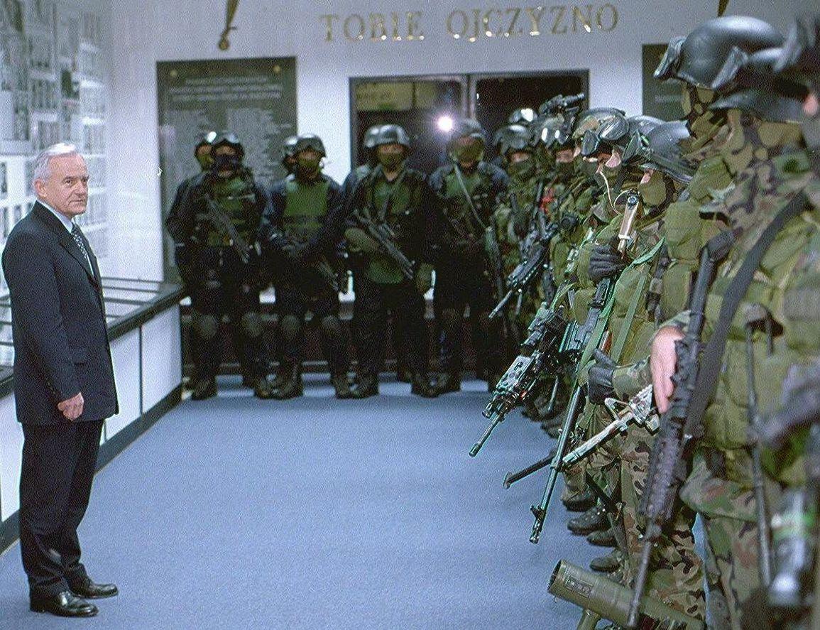 22.11.2001   WARSZAWA  -  JEDNOSTKA SPECJALNA GROM - CWICZENIA , WIZYTA LESZKA MILLERA FOT.WOJCIECH OLKUSNIK / AGENCJA GAZETAWO2389