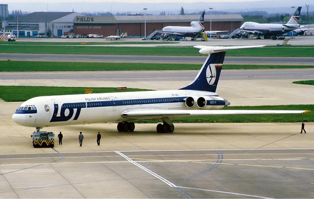 Ił-62 o nr. rej. SP-LBG, który uległ katastrofie w Lesie Kabackim. Zdjęcie wykonano na lotnisku Heathrow w Londynie trzy tygodnie wcześniej (fot. Tim Rees / Wikimedia.org / GFDL 1.2)