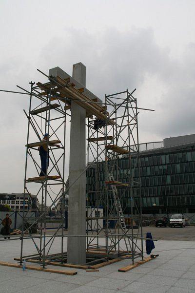 Budowa Krzyża Papieskiego na pl. Piłsudskiego