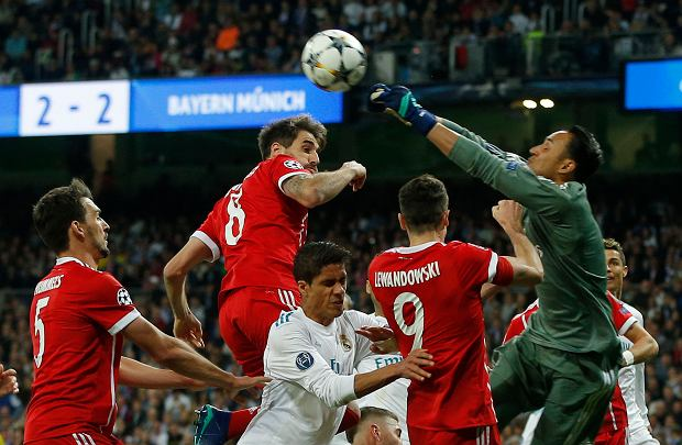 Real Madrid's goalkeeper Keylor Navas, right, deflects a ball during the Champions League semifinal second leg soccer match between Real Madrid and FC Bayern Munich at the Santiago Bernabeu stadium in Madrid, Spain, Tuesday, May 1, 2018. Others in the photo are, from left, Bayern's Mats Hummels, Bayern's Javi Martinez and Bayern's Robert Lewandowski. (AP Photo/Paul White) SLOWA KLUCZOWE: XCHAMPIONSLEAGUEX