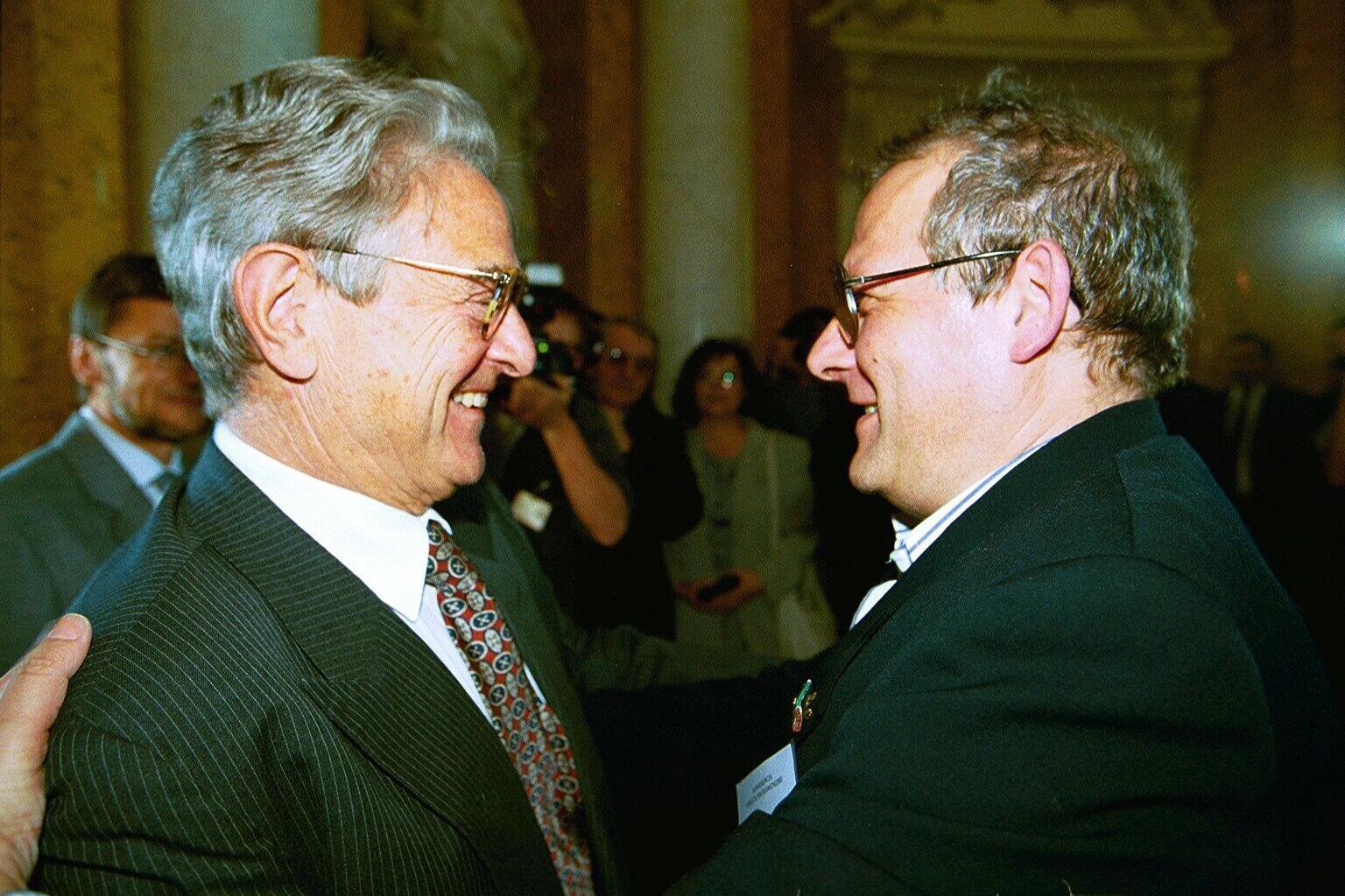 08.05.2000 WARSZAWA- OBLICZA POSTKOMUNIZMU - KONFERENCJA W LAZIENKACH KROLEWSKICH  N/Z: GEORGE SOROS - AMERYKANSKI FINANSISTA I REDAKTOR NACZELNY ADAM MICHNIK  SK8663 XFS
