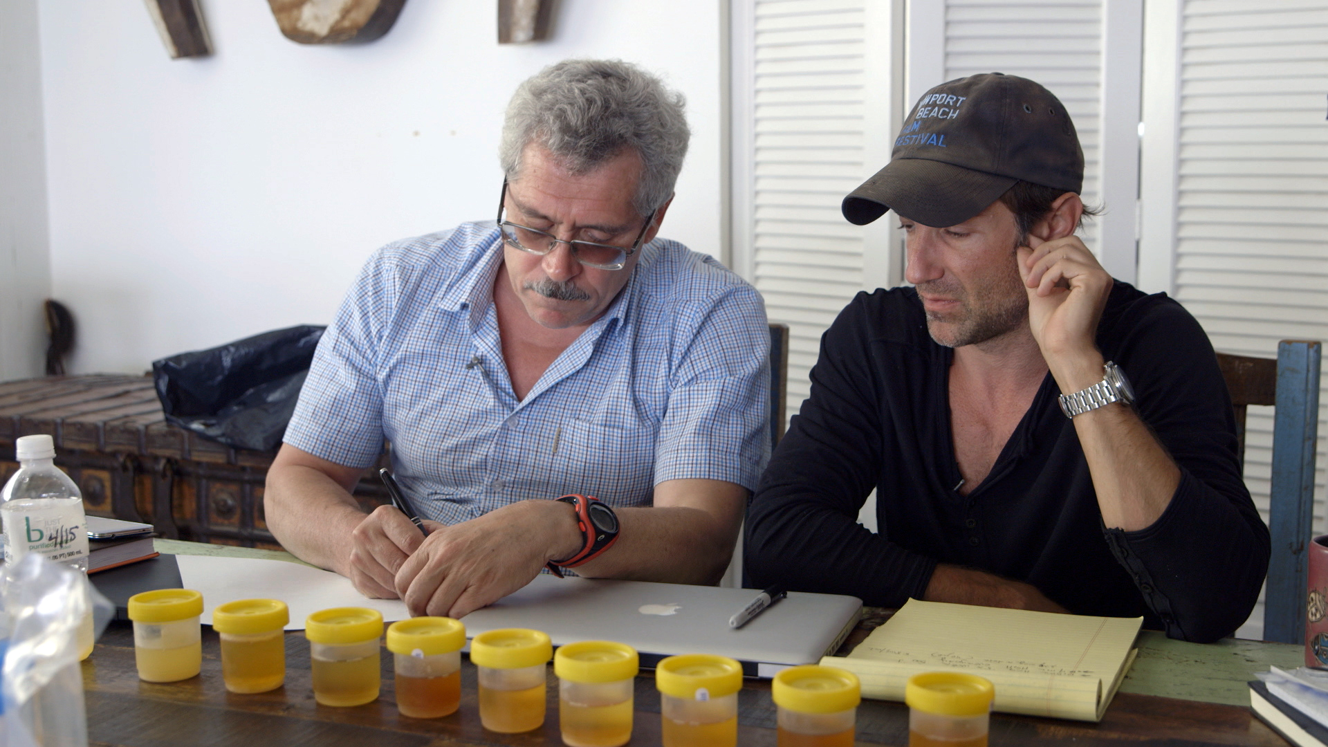Z lewej Grigorij Rodczenkow, dyrektor rosyjskiego laboratorium antydopingowego, z prawej Bryan Fogel, reżyser dokumentu 'Ikar' (fot. materiały prasowe)