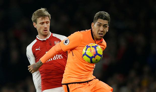 Arsenal's Nacho Monreal, left, vies for the ball with Liverpool's Roberto Firmino during their English Premier League soccer match between Arsenal and Liverpool at the Emirates stadium London, Friday, Dec. 22, 2017. (AP Photo/Alastair Grant) SLOWA KLUCZOWE: XPREMIERX