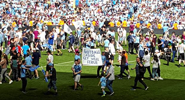 Manchester City fans hold up a sign reading 'Football Aside Get Well Soon Fergie' in reference to former Manchester United manager Alex Ferguson after the Premier League match at the Etihad Stadium, Manchester, Sunday May 6, 2018. Manchester United said Saturday May 5, that former manager Alex Ferguson has undergone emergency surgery for a brain haemorrhage. (Andy Hampson/PA via AP) SLOWA KLUCZOWE: soccer;football