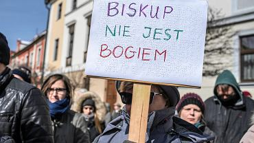 """Sejm pracuje nad """"Zatrzymaj aborcję"""". Na sali kobieta z noworodkiem"""