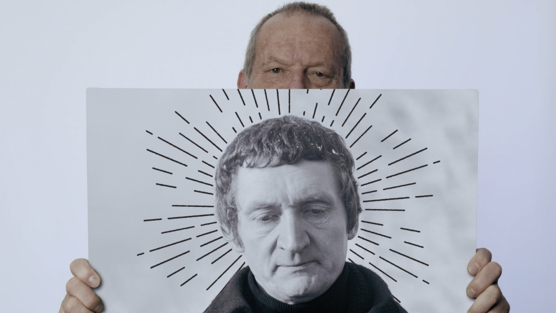 Terry Gilliam z plakatem Waldemara Borowczyka. Kadr z filmu 'Love Express. Przypadek Waleriana Borowczyka' (mat. promocyjne)