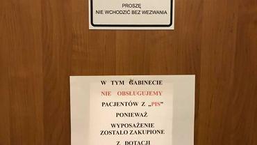 """""""Nie leczymy pacjentów z PiS"""". Kartka na drzwiach wywołała burzę"""