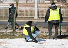 Ciało kobiety leżało przed blokiem. Zabójca uciekł taranując ogrodzenie