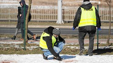Ciało kobiety leżało przed blokiem. Morderca uciekł taranując ogrodzenie
