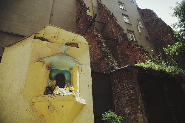 Ten sam adres widok kapliczki z datą 1943 która jest pozostałością oficyny zniszczonej kamienicy
