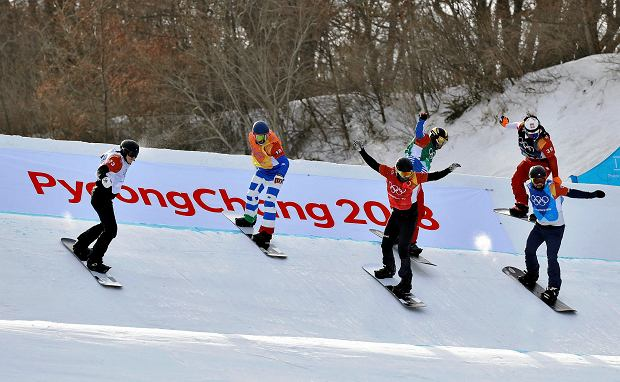 From left; Mick Dierdorff, of the United States, Paul Berg, of Germany, Regino Hernandez, of Spain, Hagen Kearney, of the United States, Christopher Robanske, of Canada, and Loan Bozzolo, of France, run the course during the men's snowboard cross quarterfinals at Phoenix Snow Park at the 2018 Winter Olympics in Pyeongchang, South Korea, Thursday, Feb. 15, 2018. (AP Photo/Kin Cheung) SLOWA KLUCZOWE: 2018 Pyeongchang Olympic Games;Winter Olympic games;Sports;Events;XXIII Olympiad