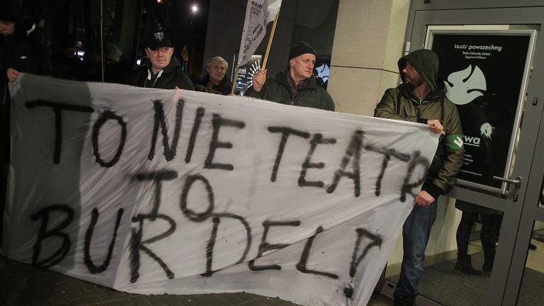 """Dwa protesty przed Teatrem Powszechnym. """"Sztuka narusza świętość papieża"""""""
