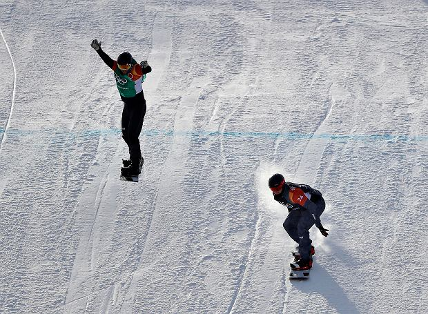 Alessandro Haemmerle, of Austria, right, and Martin Noerl, of Germany, run the course during the men's snowboard cross small final at Phoenix Snow Park at the 2018 Winter Olympics in Pyeongchang, South Korea, Thursday, Feb. 15, 2018. (AP Photo/Gregory Bull) SLOWA KLUCZOWE: 2018 Pyeongchang Olympic Games;Winter Olympic games;Sports;Events;XXIII Olympiad